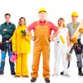 Если Вы затеяли ремонт квартиры или дома, то штукатурные работы – это одна из основ, наряду со стяжкой пола, на которую ложится вся последующая отделка. От качества штукатурки во многом зависит в дальнейшем качество и долговечность крепящегося к ней декора. Штукатурка – это основа Ваших стен и потолка, поэтому к этим работам следует подойти с максимальной серьезностью. Не пытайтесь заниматься самодеятельностью, а доверьтесь профессиональным ремонтникам и строителям, которые имеют соответствующие знания и опыт в этом деле. ЧТО ТАКОЕ ШТУКАТУРКА? Штукатурка необходима для выравнивания поверхности стен и потолков штукатурным раствором. Она выполняет также функцию защиты стен от механических воздействий, от холода и жары, от иных агрессивных сред. При ремонте домов используется сухая и мокрая штукатурка. Сухая штукатурка – это гипсовые листы, прикрепляемые к стенам, а мокрая – это раствор, который кладется на стены и впоследствии выравнивается и засыхает на них. Для штукатурных работ внутри дома достаточно простой штукатурки, а для фасадных работ применяется только высококачественная. Штукатурный раствор может иметь в своей основе цемент, известь или специальные, смеси. Что нужно для Вашего дома в каждом конкретном случае может посоветовать только ремонтный мастер.